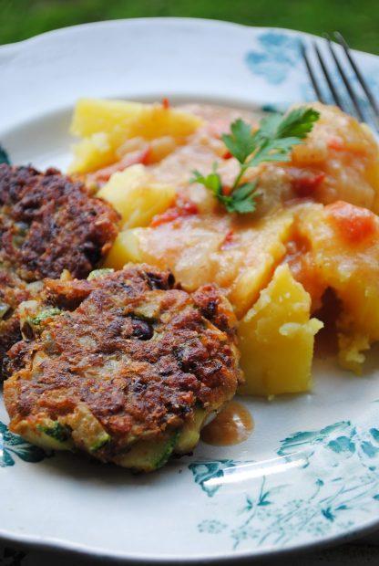 Vegetaarsed kotletid, kartulipüree koos seenekastmega